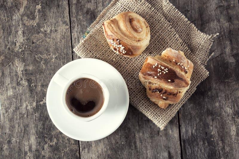 Чашка кофе и круассаны стоковые фотографии rf