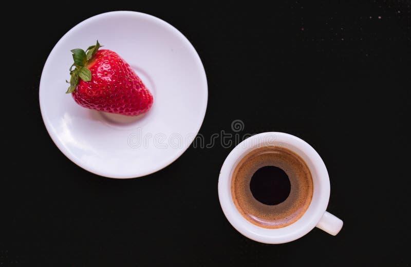 Чашка кофе и клубника стоковое фото rf
