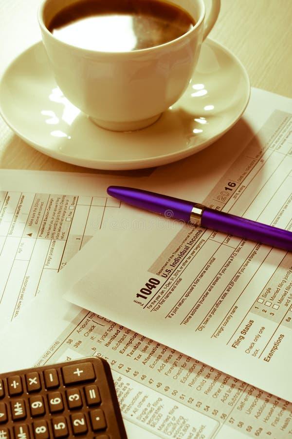 Чашка кофе и налоговая форма стоковое фото