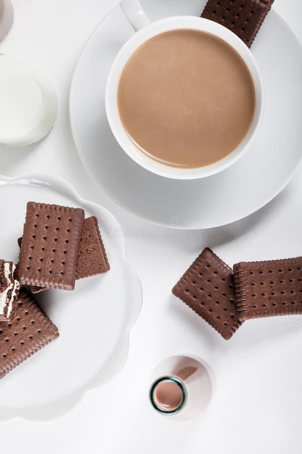 Чашка кофе и немногие бутылки milkshakes молока и шоколада, стоковые изображения
