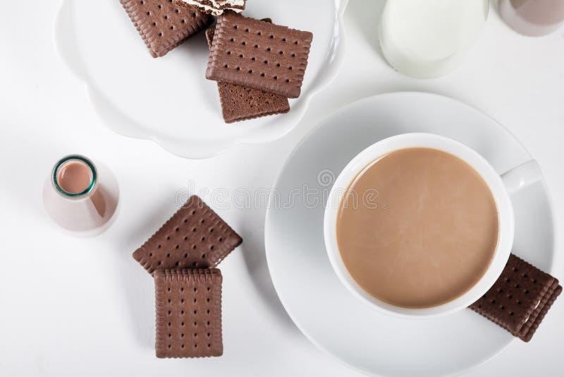 Чашка кофе и немногие бутылки milkshakes f молока и шоколада стоковая фотография
