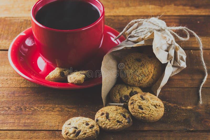 Чашка кофе и печенья с шоколадом Справочная информация тонизировать стоковое изображение