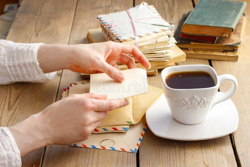 Чашка кофе и письма от прошлого стоковые фото