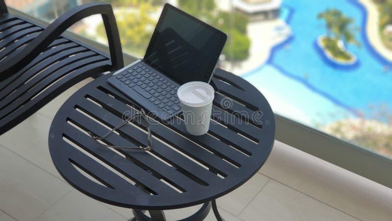 Чашка кофе и планшет в балконе во время каникул стоковые фото
