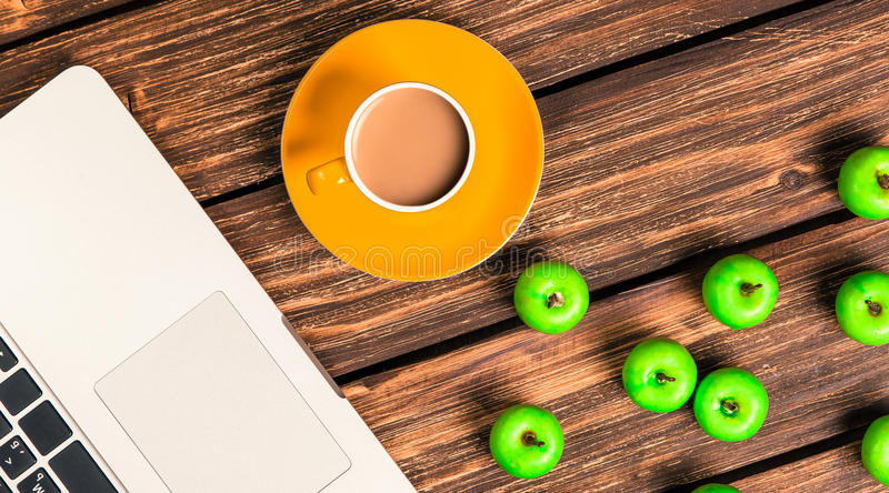Чашка кофе и портативный компьютер стоковое изображение