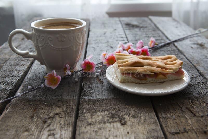 Чашка кофе и розовые вишневые цвета стоковые изображения