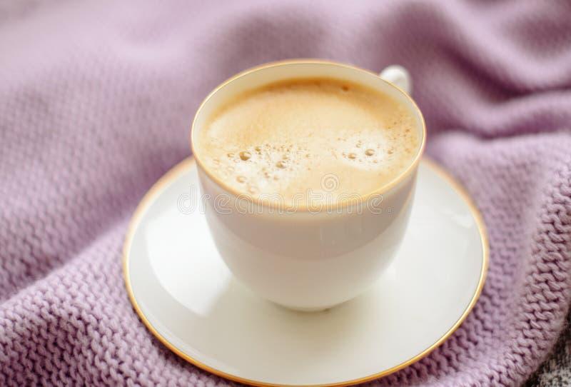 Чашка кофе и свитер на деревянной предпосылке Подкрашиванный год сбора винограда стоковые фотографии rf