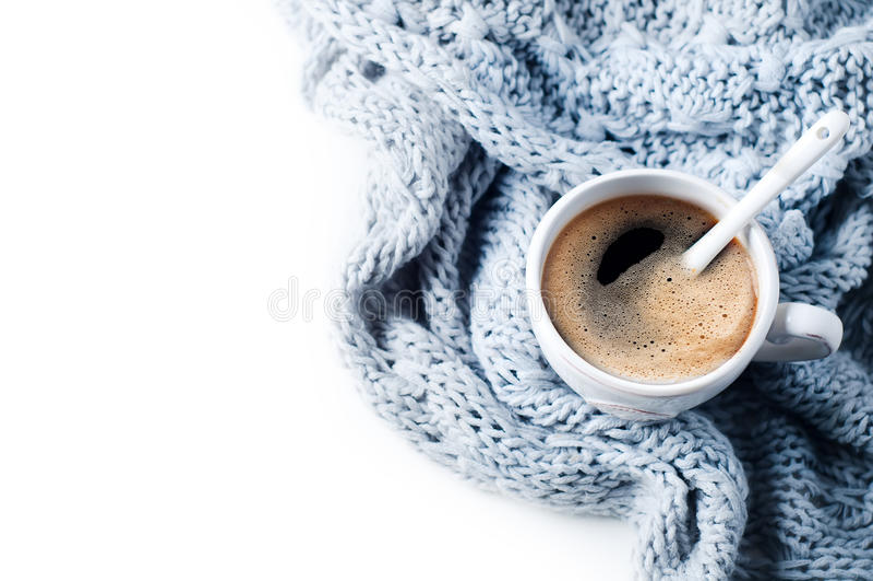 Чашка кофе и связанный свитер на белой таблице стоковая фотография rf