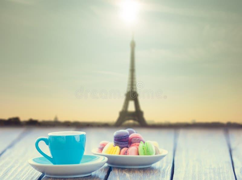 чашка кофе и macarons стоковые изображения rf