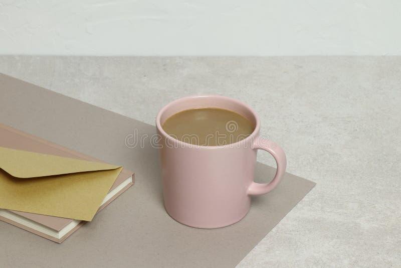 Чашка кофе, конверт kraft, примечания на текстуре гранита стоковые фотографии rf