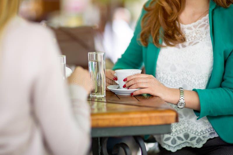 Чашка кофе конца-вверх свежая в женских руках стоковая фотография rf