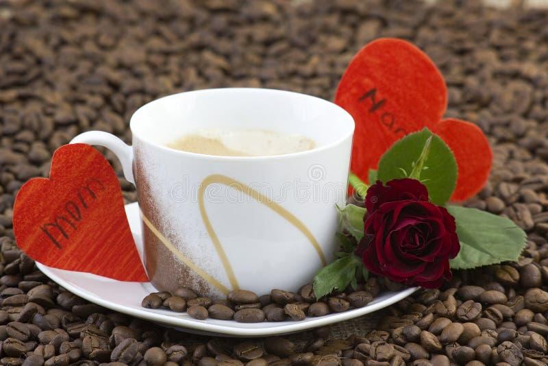 Чашка кофе, красные розы и сердца стоковые изображения