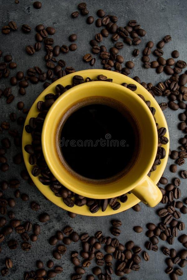 Чашка кофе макрос кофе завтрака фасолей идеально изолированный над белизной установьте текст стоковое фото