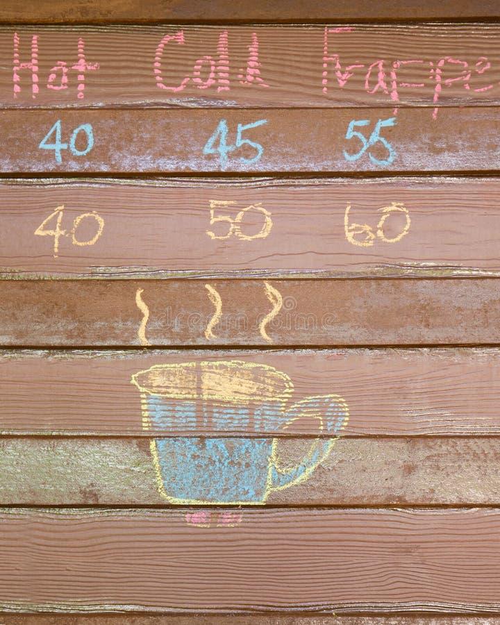 Чашка кофе мела эскиза на деревянной стене стоковые фотографии rf