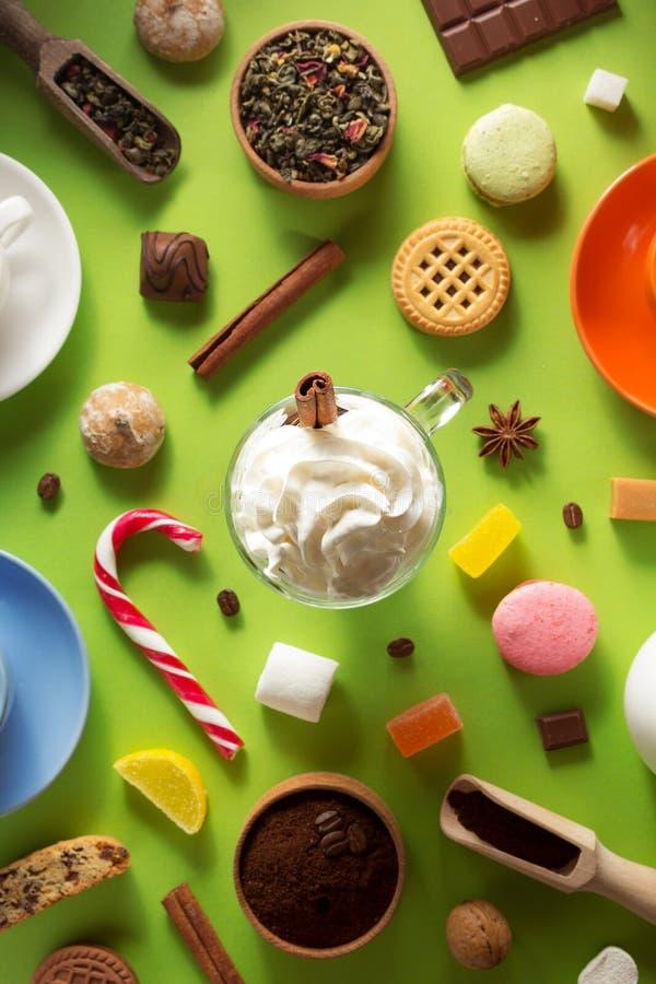 Чашка кофе мороженого на зеленой предпосылке стоковые изображения