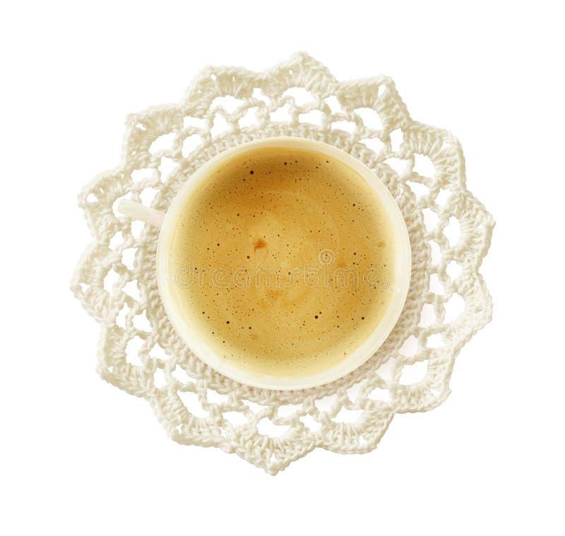 Чашка кофе на белом doily вязания крючком стоковое изображение rf