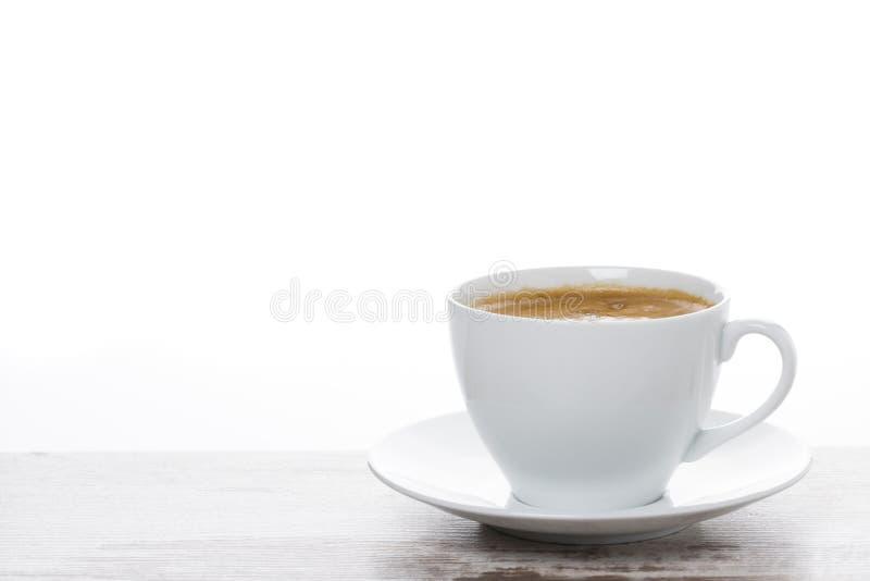 Download чашка кофе на белых деревянном столе и космосе для текста Стоковое Фото - изображение насчитывающей пусто, espresso: 40590654