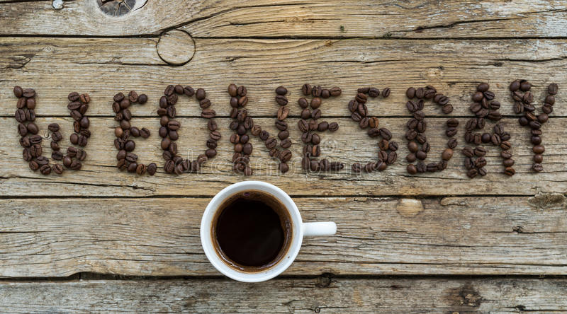 Чашка кофе на деревянной предпосылке стоковое фото rf
