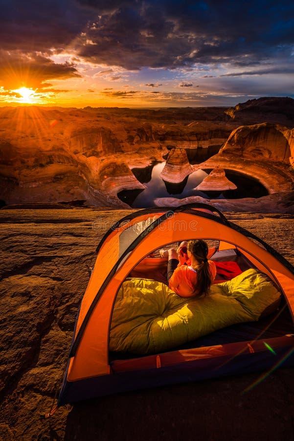 Чашка кофе на озере Пауэлл Campi Ют каньона отражения восхода солнца стоковые фото