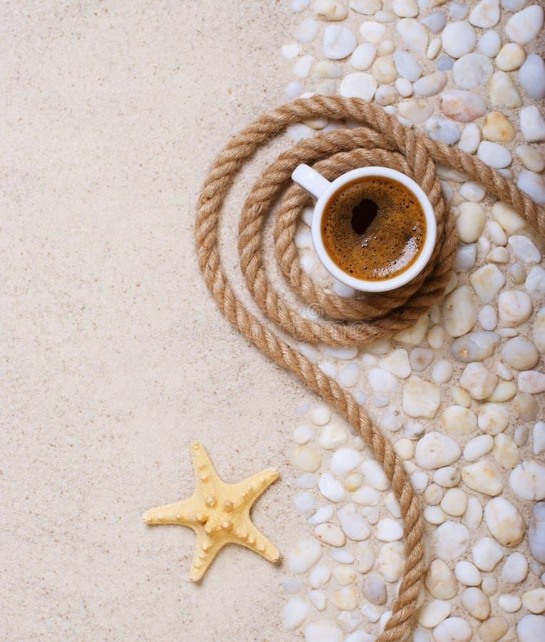 Download Чашка кофе на партии пляжа стоковое изображение. изображение насчитывающей украшать - 41663447