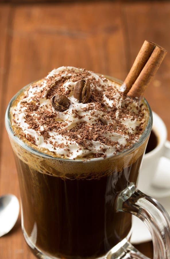 Чашка кофе на древесине стоковые фотографии rf