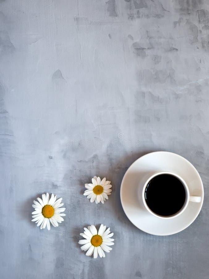 Чашка кофе на серой таблице в минимальном стиле, взгляде сверху Концепция встречи работы команды дела стоковое фото rf