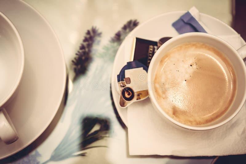 Чашка кофе на стеклянном столе стоковое изображение