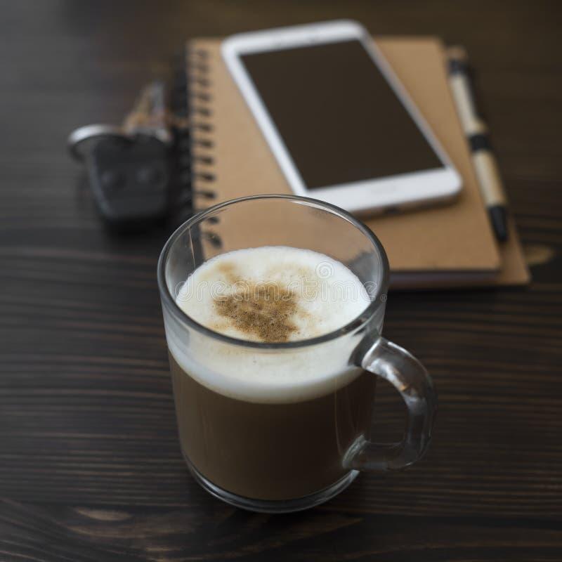 Чашка кофе, организатор и мобильный телефон на столе стоковая фотография rf