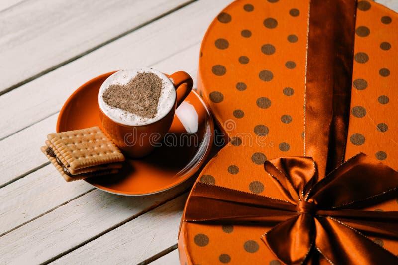 Чашка кофе, печенье и подарок стоковые изображения rf