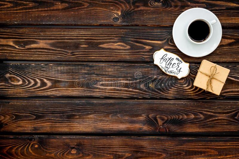 Чашка кофе, подарок и экземпляр для счастливой партии дня отца на деревянном космосе экземпляра взгляда сверху предпосылки стоковое изображение rf