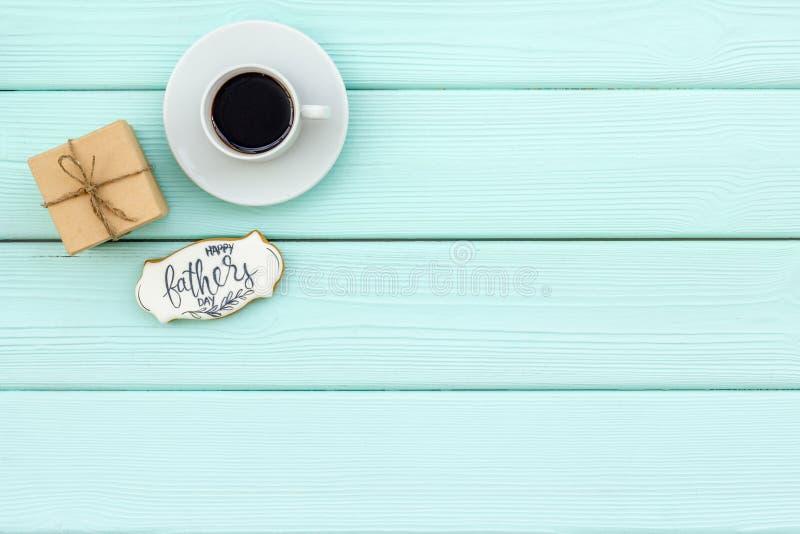 Чашка кофе, подарок и экземпляр для счастливой партии дня отца на космосе экземпляра взгляда сверху предпосылки мяты зеленом дере стоковые изображения