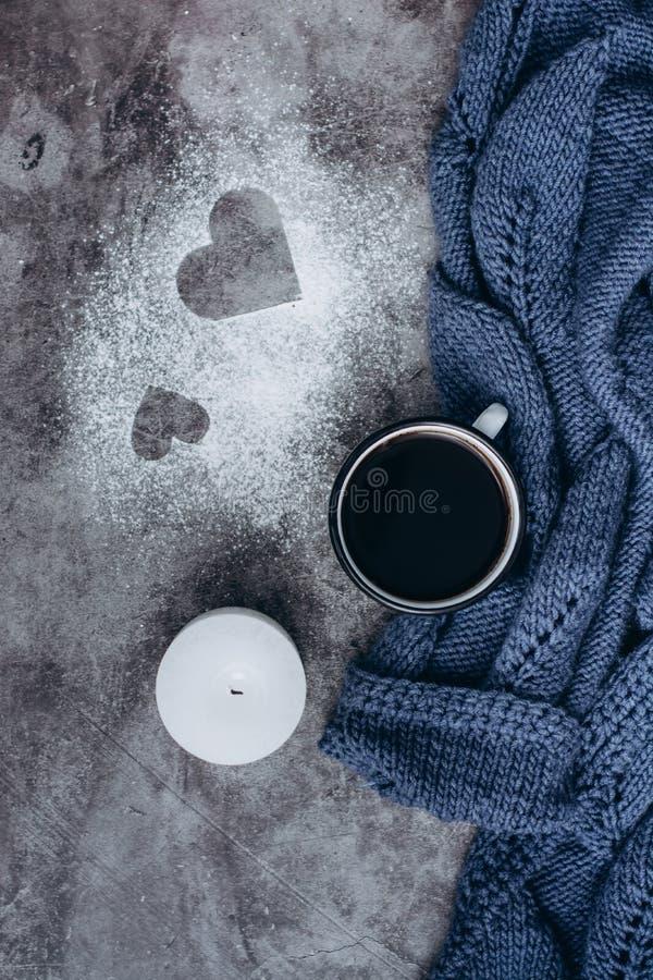 Чашка кофе, свеча и теплый шерстяной свитер на серой таблице стоковые изображения rf