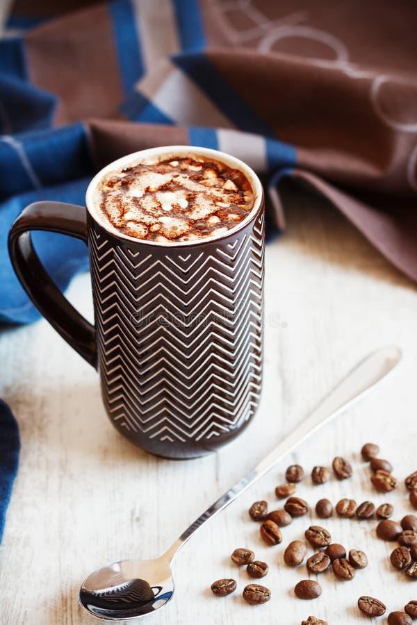 Чашка кофе с взбитым cream и расплавленным шоколадом стоковое фото rf