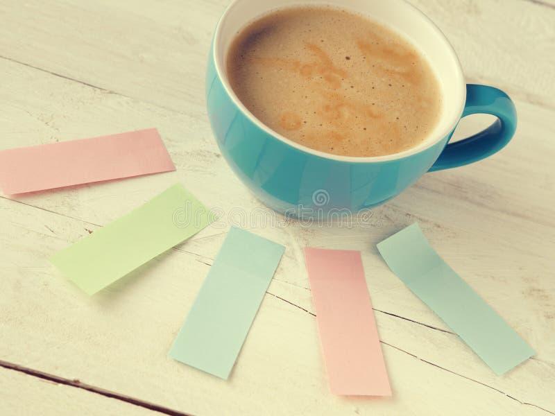 Чашка кофе с липкими примечаниями стоковое фото