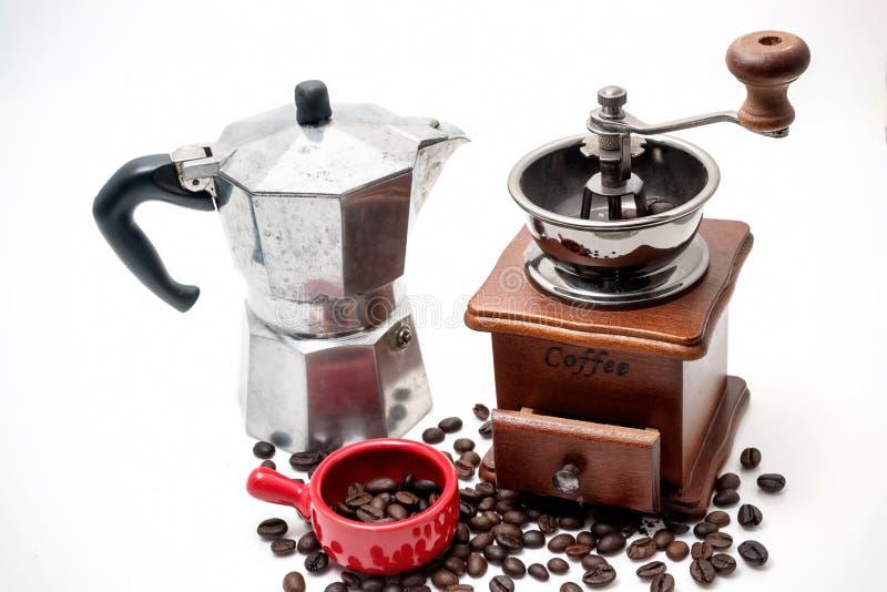 Чашка кофе с кофеваркой на белизне стоковые изображения