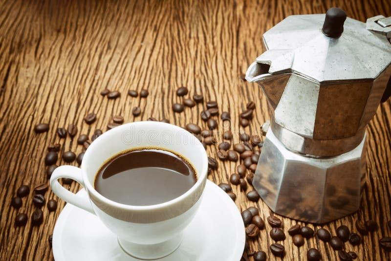 Чашка кофе с кофеваркой на белизне стоковое изображение