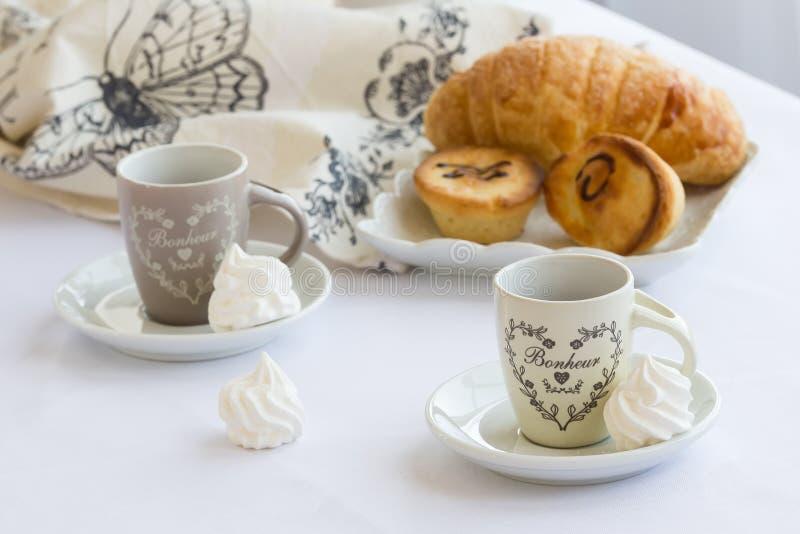 Чашка кофе с печеньем на белой предпосылке, итальянским традиционным завтраком pasticciotto, Salento стоковые фотографии rf