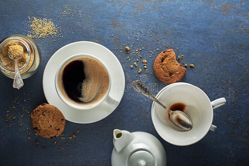 Чашка кофе с печеньками на голубом фоне стоковые изображения rf
