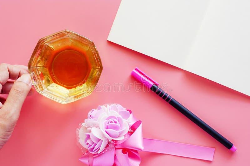 Чашка кофе с раскрытым букетом тетради, ручки и цветка на pi стоковая фотография rf
