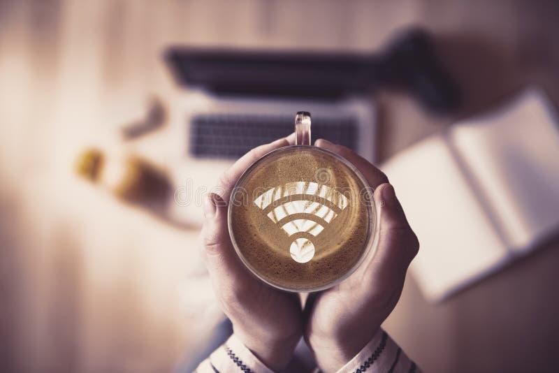 Чашка кофе с символом Wi-Fi стоковое изображение rf