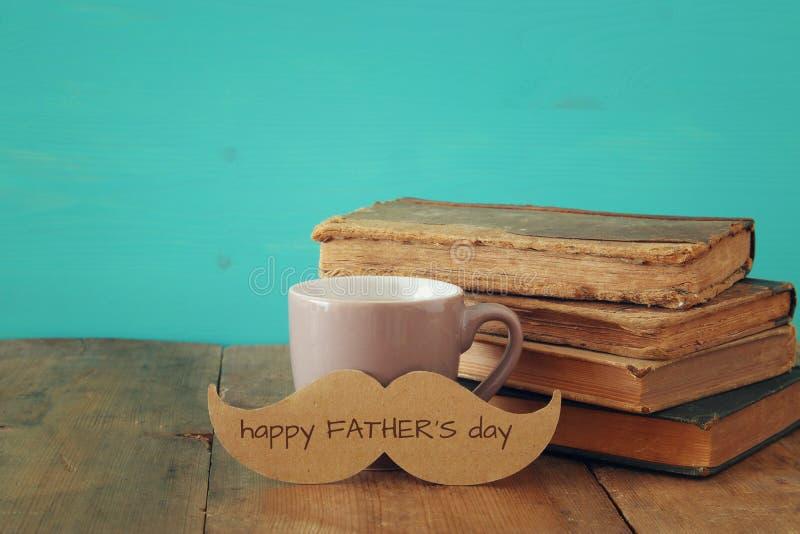 Чашка кофе с усиком Father& x27; концепция дня s стоковые фотографии rf
