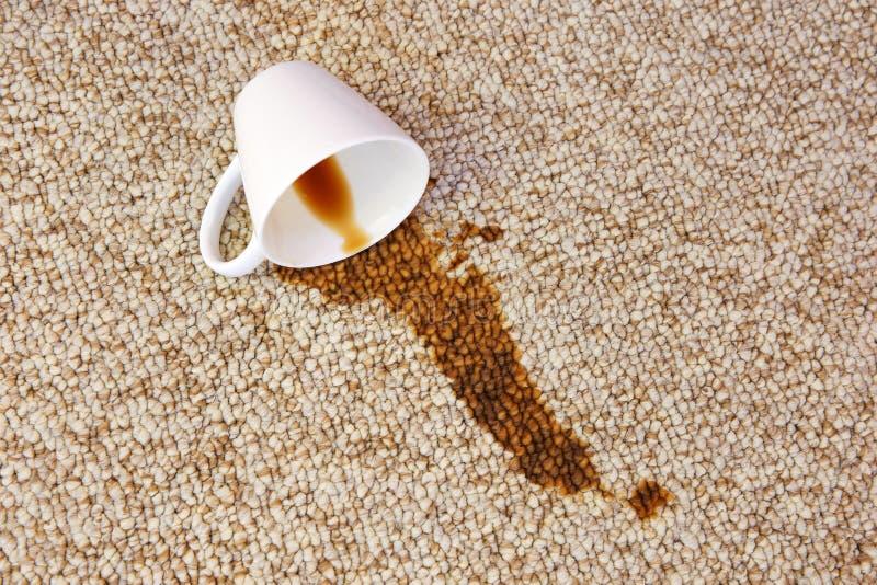 Чашка кофе упала на ковер Пятно на поле стоковые фотографии rf