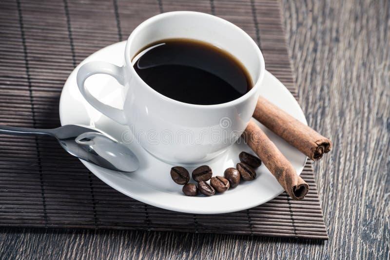 Чашка кофе эспрессо на деревянном столе стоковые фото