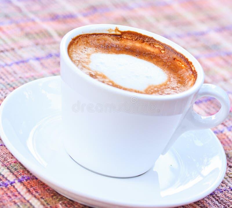 Download Чашка кофе стоковое изображение. изображение насчитывающей капучино - 33738969