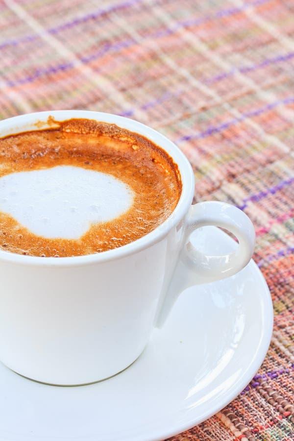 Download Чашка кофе стоковое фото. изображение насчитывающей цвет - 33738986