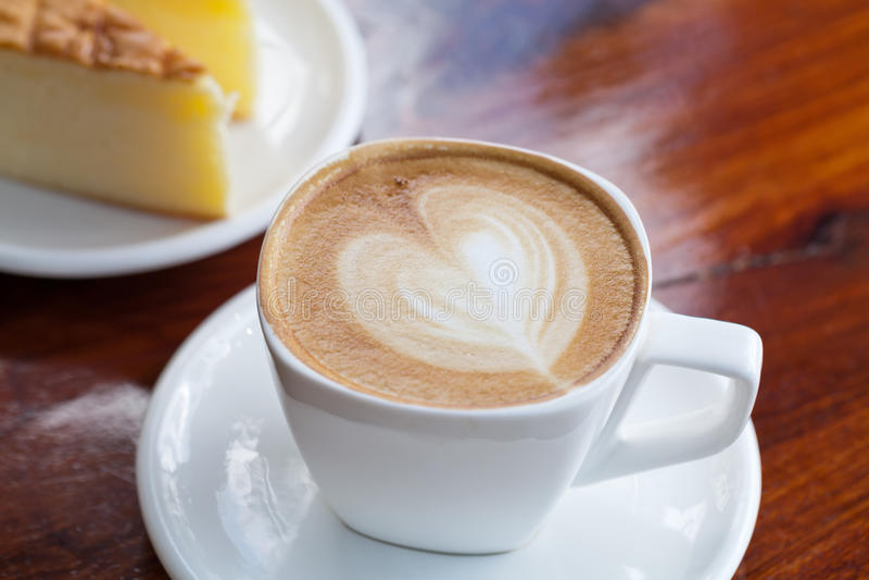 Чашка кофе latte с тортом стоковая фотография