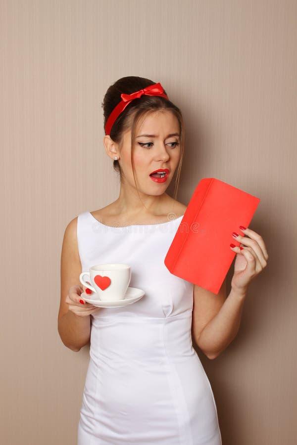 Чашка красного сердца стоковые фото