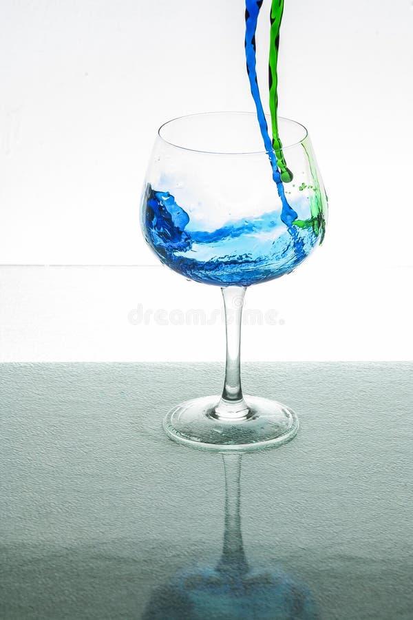 Чашка Кристл будучи заполнянным с жидкостью стоковое фото rf