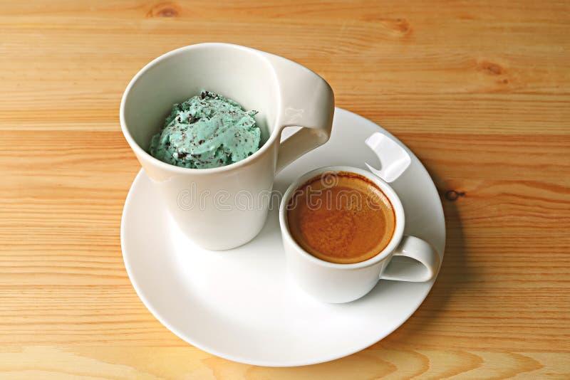 Чашка мороженого и одного обломока шоколада мяты сняла кофе эспрессо для вкусного Affogato стоковая фотография rf