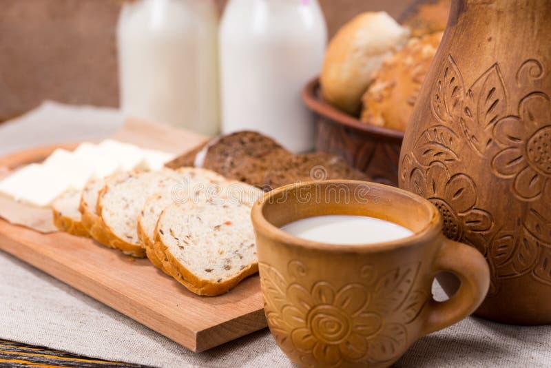 Чашка молока с хлебом для здорового завтрака стоковое фото